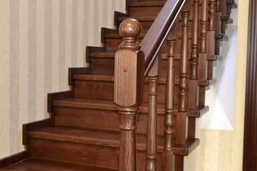 Чем покрасить лестницу деревянную. Средства для покраски деревянной лестницы