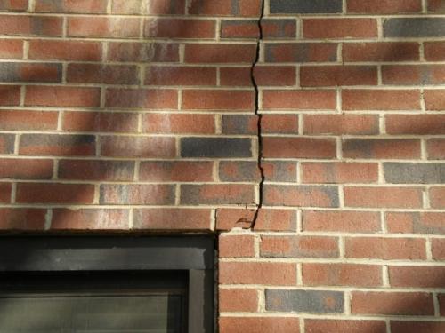 Что делать если фундамент треснул. Как укрепить фундамент, если пошла трещина на стене